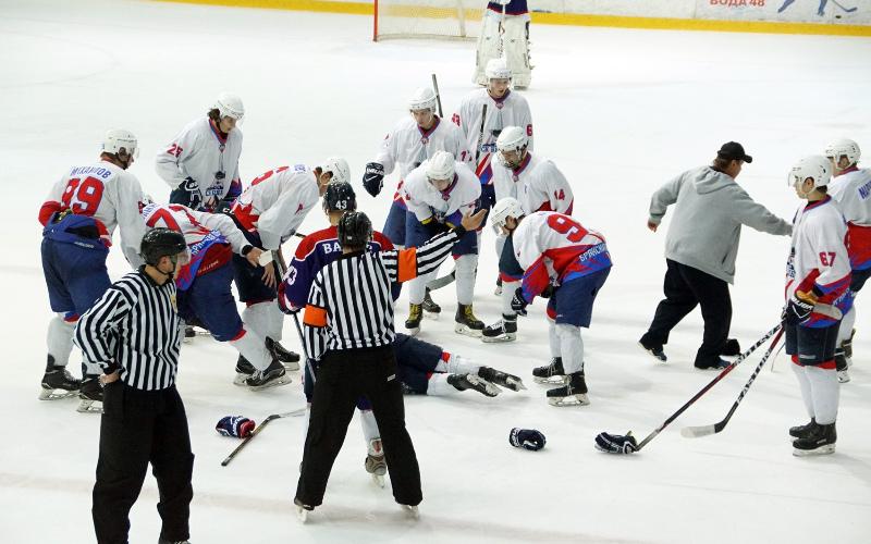 Хоккеиста «Брянска» в Липецке увезли в больницу на скорой прямо с матча