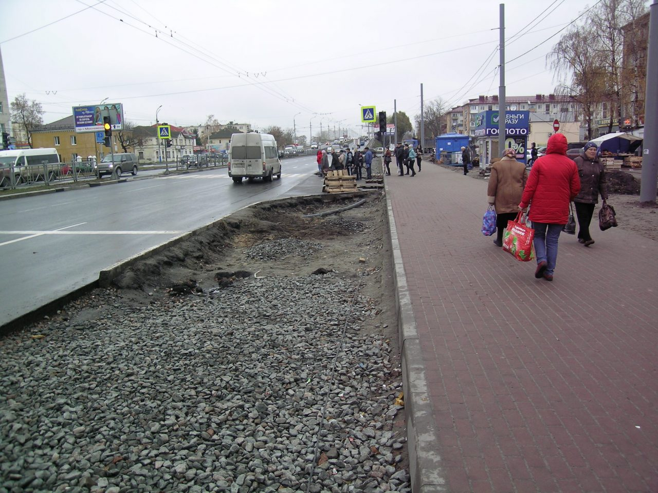 В Фокинском районе Брянска продолжают восстанавливать тротуары