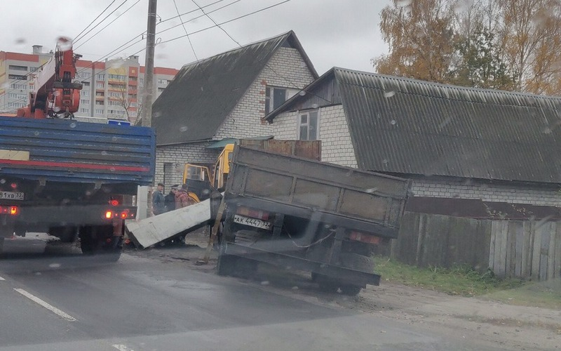 В Брянске КамАЗ едва не снес дом