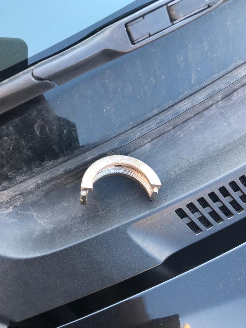 По улице Красноармейской на машину прилетел металлический сюрприз