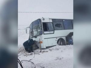 Пассажирский автобус унесло в кювет во время снегопада на Южном Урале