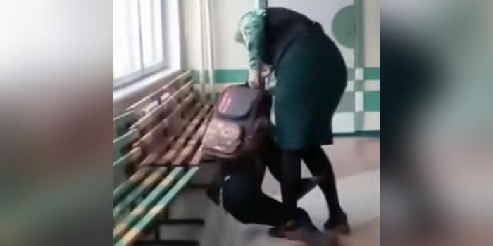 Коллеги вступились за избившую школьника учительницу