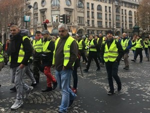 Протест желтых жилетов в Париже перерос в баррикады