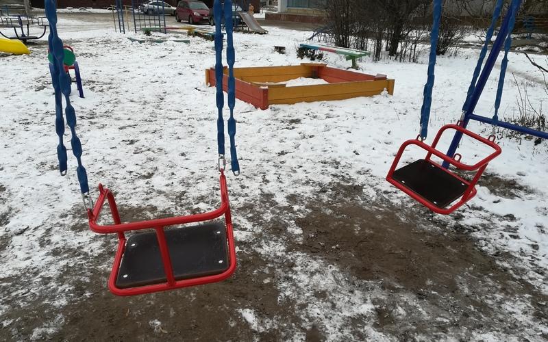 В Белых Берегах раскурочили новые качели на детской площадке