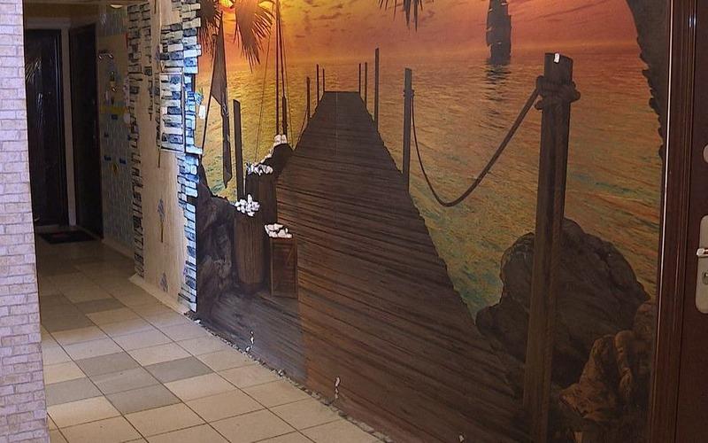 Жительница Брянска превратила подъезд многоэтажки в арт-объект
