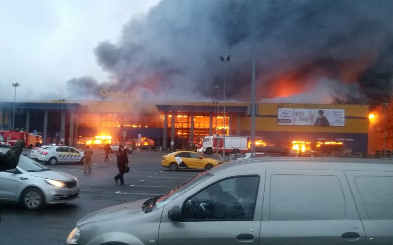 Масштабный пожар в гипермаркете «Лента» в Санкт-Петербурге попал на видео