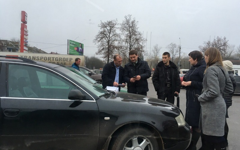 Возле брянского ТЦ «Европа» устроили облаву на должников