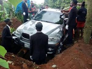 Нигериец похоронил отца в новом BMW за 88 тысяч долларов