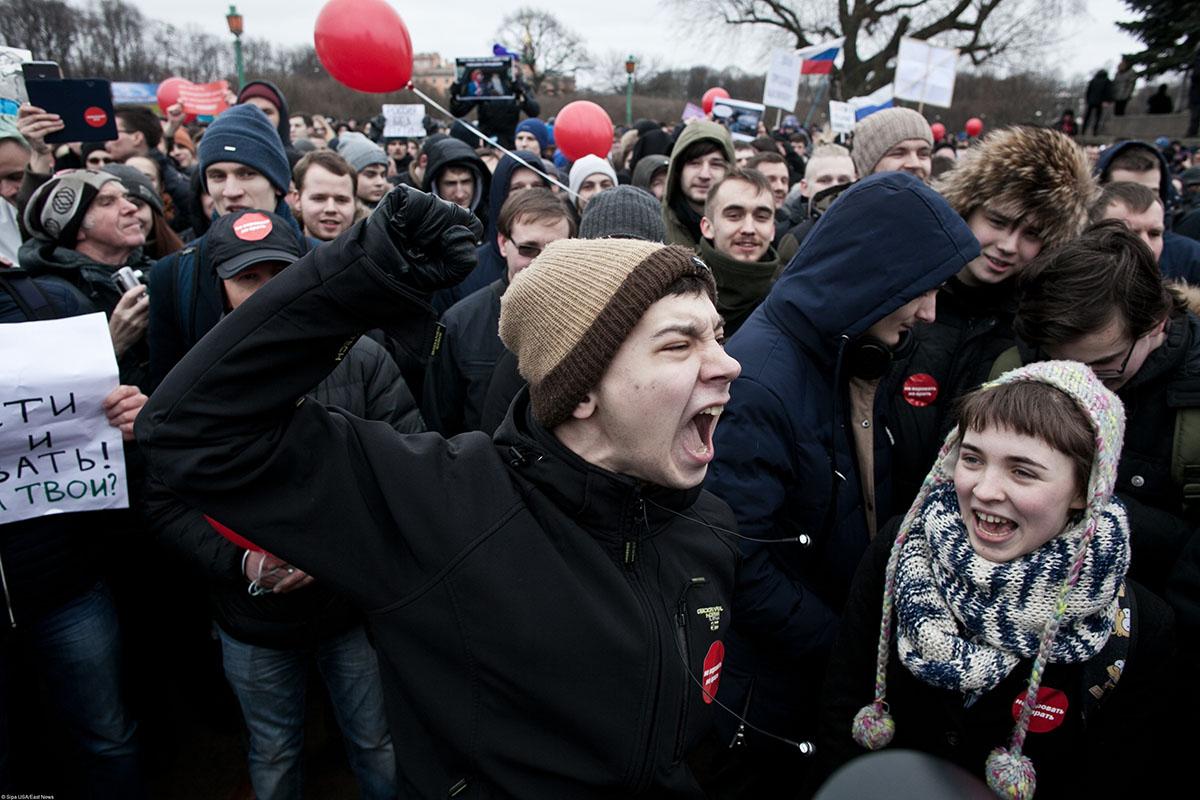 Единоросс предложил лишать прав родителей, чьи дети участвуют в митингах
