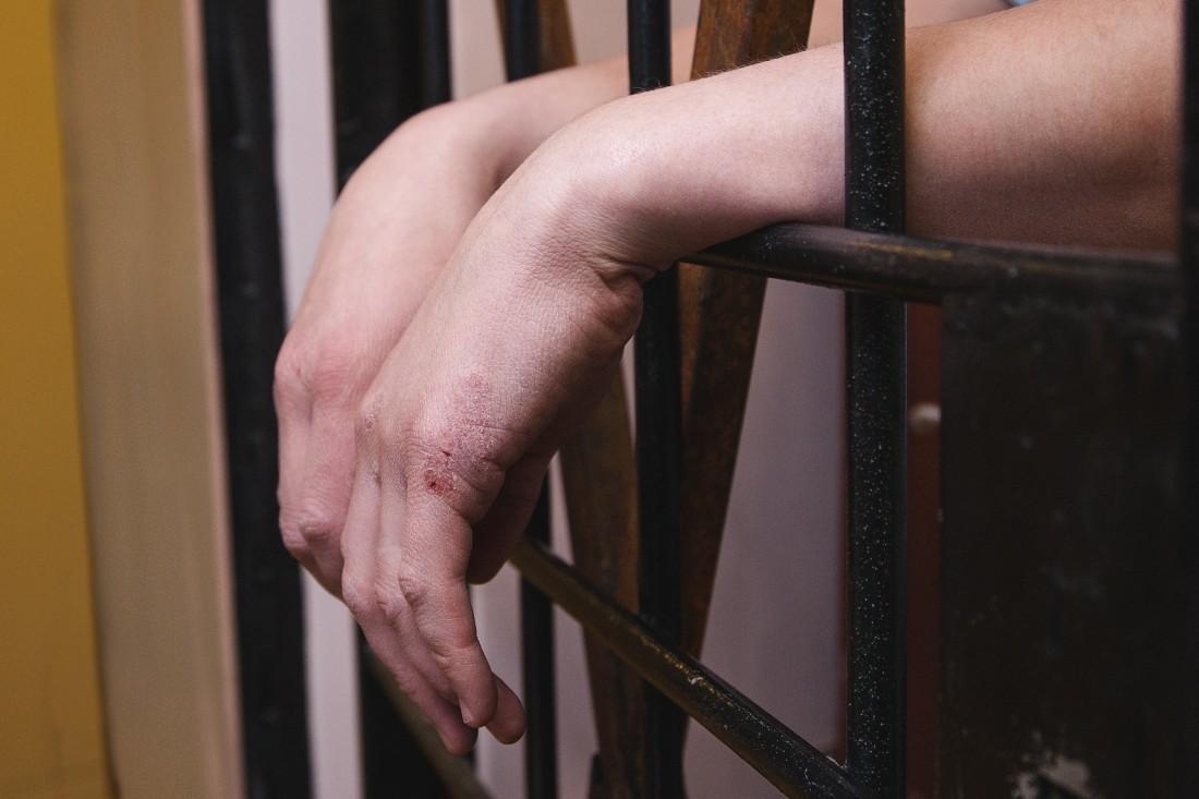 Суд продлил арест мошеннику, обещавшему место в органах