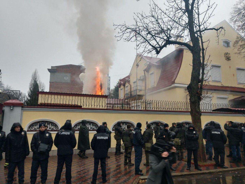 Генконсульство РФ в Харькове закидали зажигательными смесями
