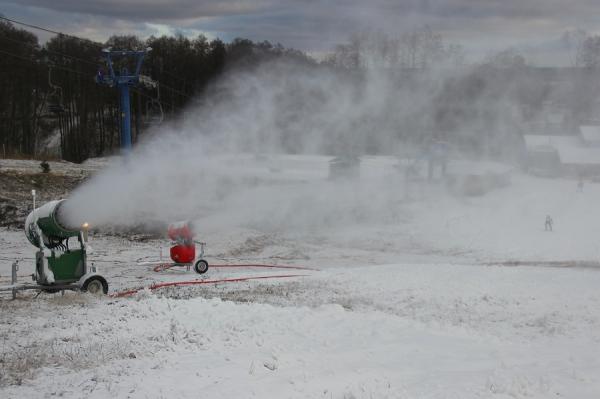 В Брянске выпал искусственный снег