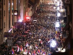 Массовые протесты желтых жилетов начались в Белграде из-за избиения оппозиционера