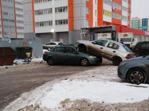 В Челябинске автомобиль «Опель» заехал на капот припаркованного автомобиля