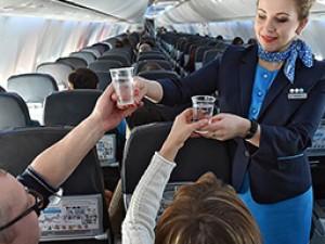 «Победа» собирается брать с пассажиров плату за разовые стаканчики