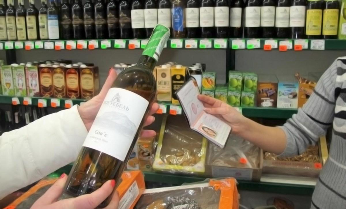 Минздрав предложил увеличить минимальный возраст продажи крепкого алкоголя