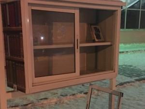 Уличный шкаф с книгами повредили хулиганы