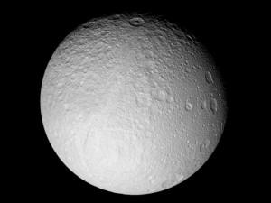 В Сети пугают, что Луна сошла со своей орбиты и удаляется от Земли