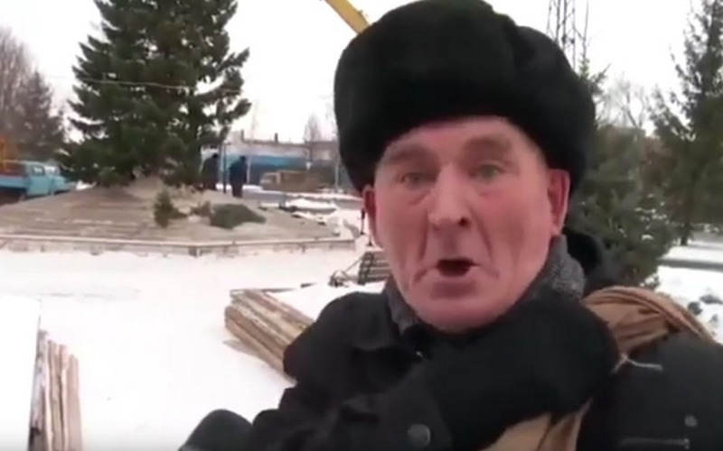 Нищий старик из видео про елочку задел брянцев за живое