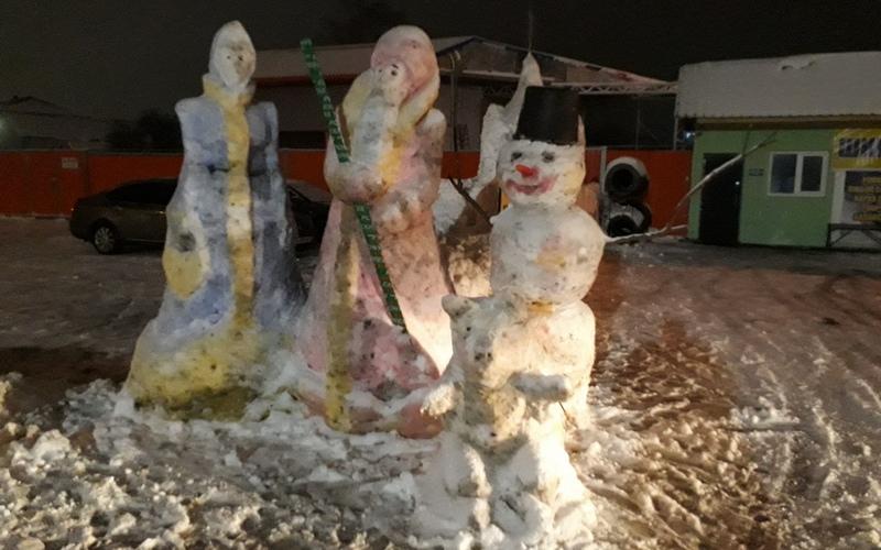 Жители Брянска создали из снега новогоднюю сказку