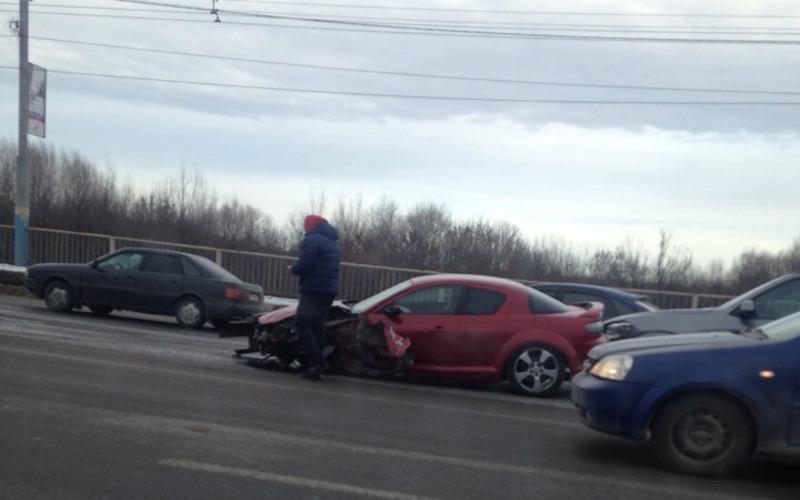 В ДТП со спорткаром на мосту через Десну в Брянске травму получила автомобилистка