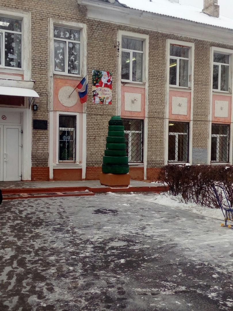 Брянцы посмеялись над креативной елкой у школы №13