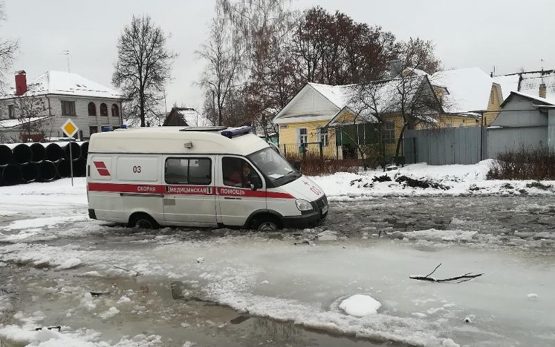 В Брянске сняли на видео застрявшую «во льдах» скорую