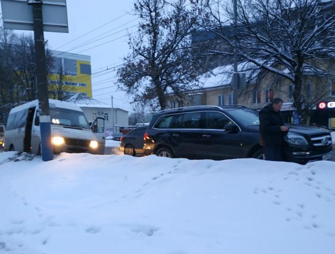 В Брянске маршрутка и внедорожник не поделили дорогу