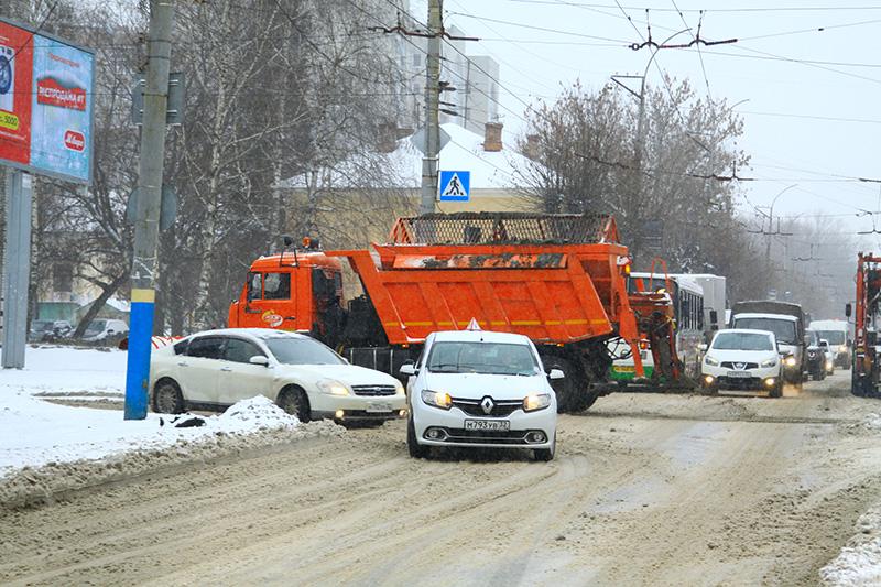 Коммунальщики продолжают битву со снегом