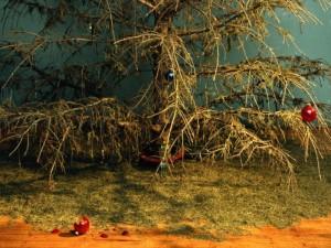 На иголках новогодних елок предлагают заработать