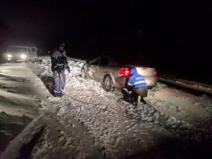 Около 650 автомобилей застряли в снегу на трассах в Краснодарском крае