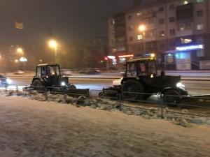 Трактора вышли в ночь чистить дороги Челябинска от снега