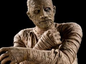 Жителей Южного Урала шокировал мужчина, рубящий топором мумию