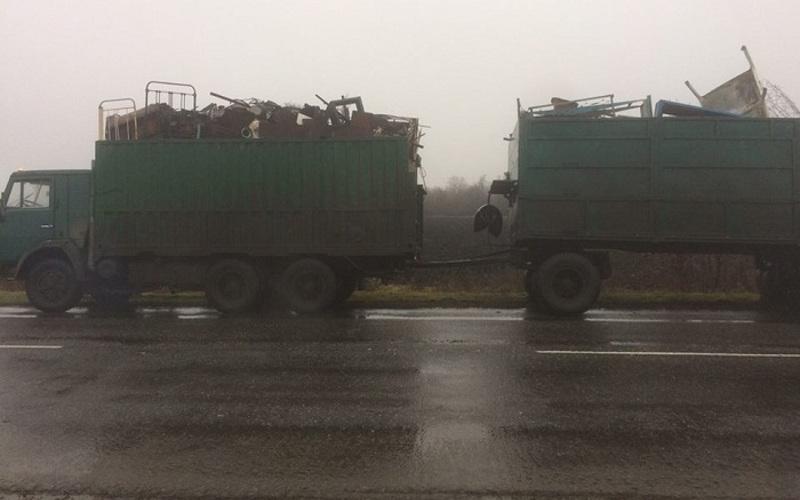 Колонна машин с металлоломом пыталась прорваться в Брянскую область