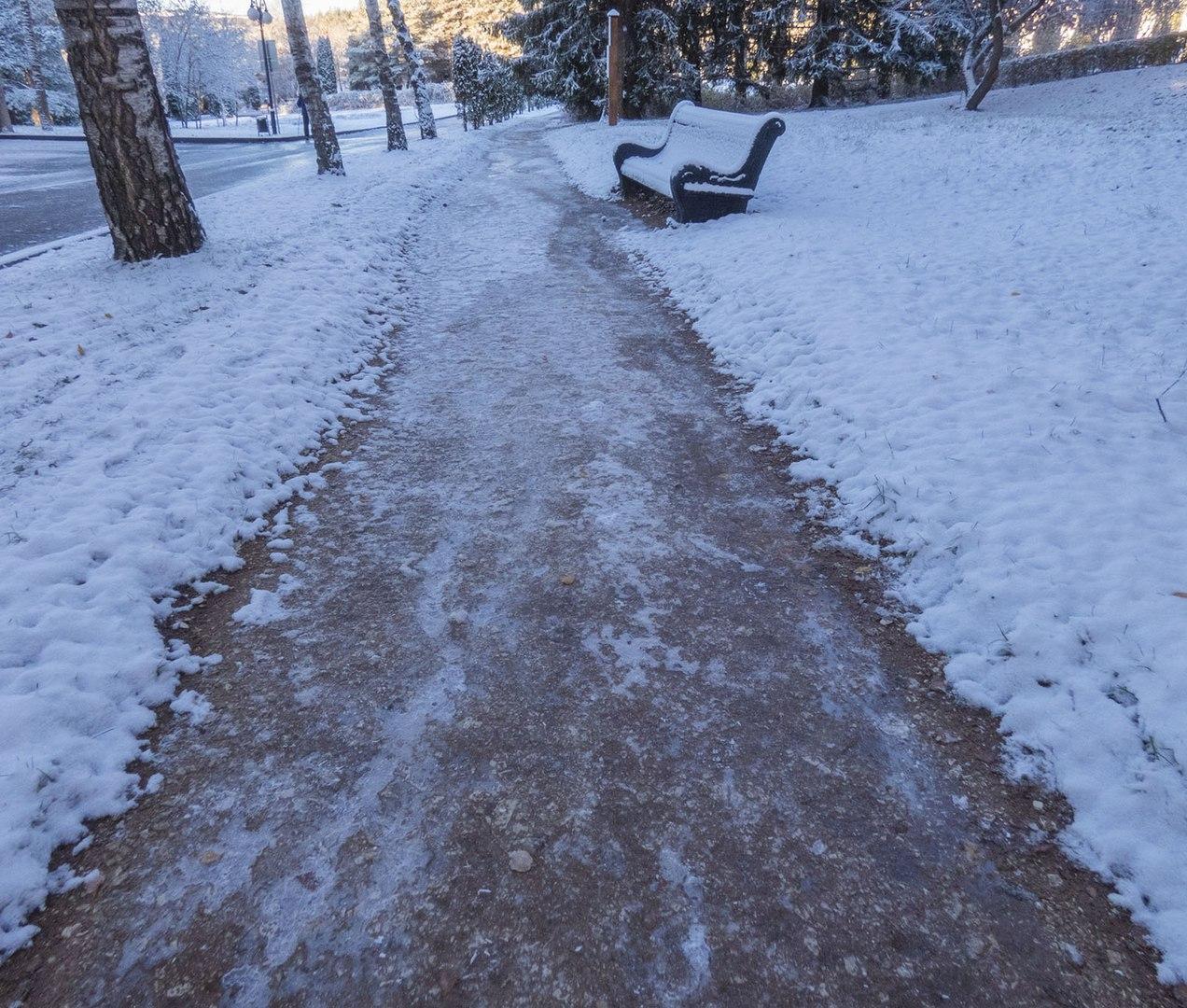 Брянские дороги посыпают песком и реагентом