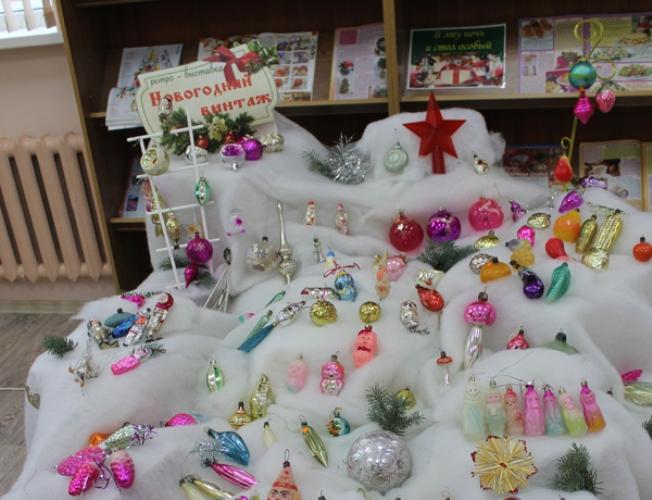 В Почепе открылась ретро-выставка открыток и новогодних игрушек