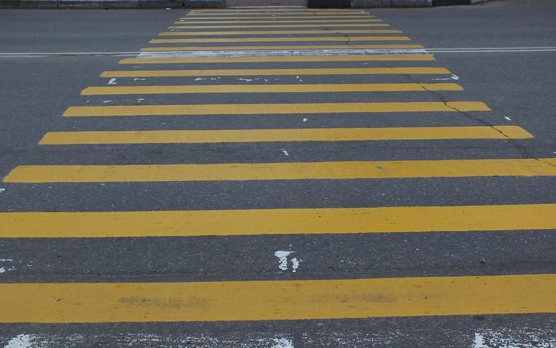 В Брянске неизвестный водитель сбил пешехода на зебре