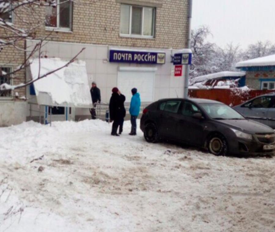У входа в брянскую «Почту России» рухнул козырек