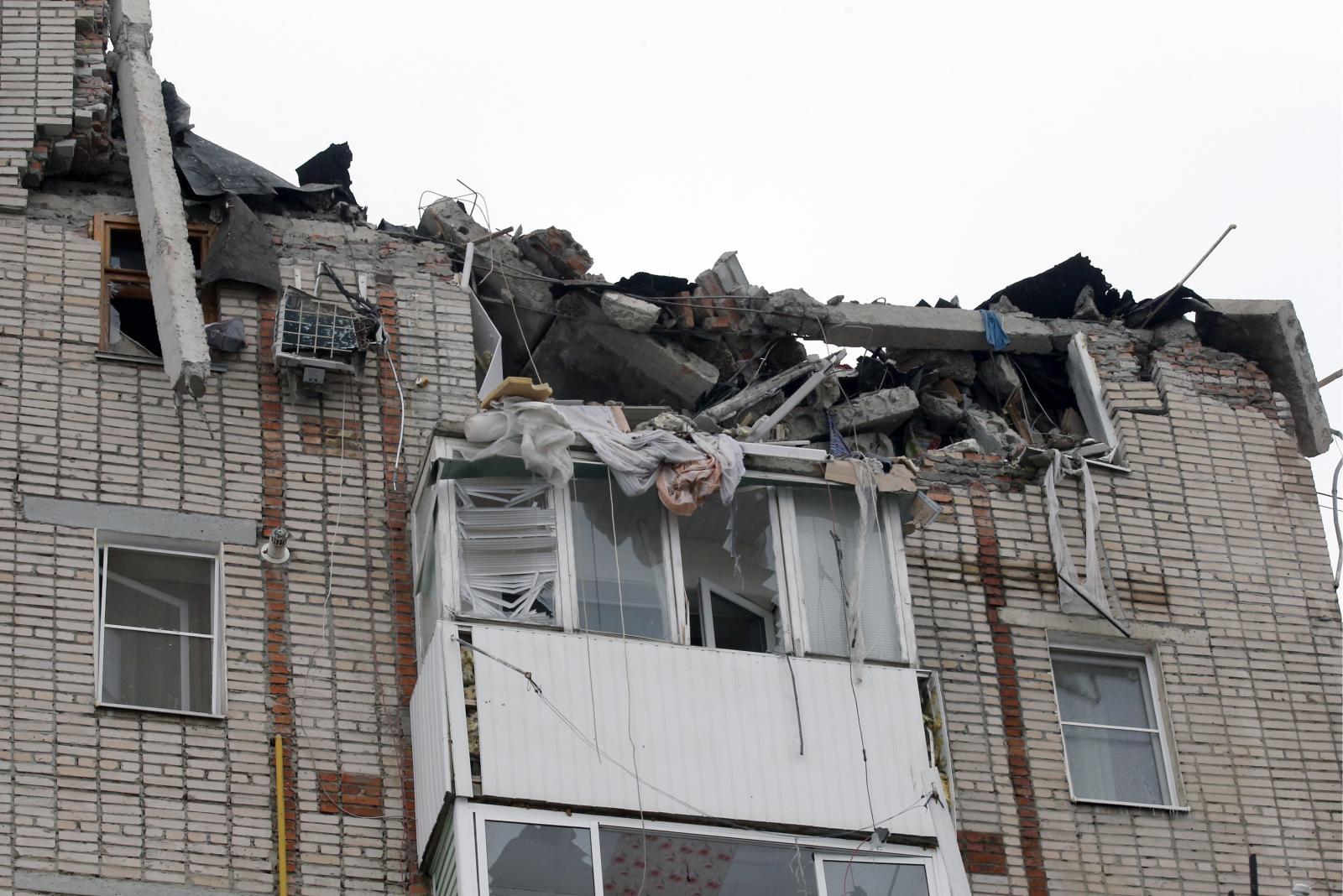 В МЧС сообщили об угрозе дальнейшего обрушения многоэтажки в Шахты