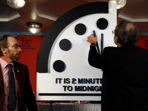 Стрелку часов судного дня остановили в 120 секундах  до конца света