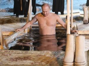 Путин окунулся в прорубь на Крещение