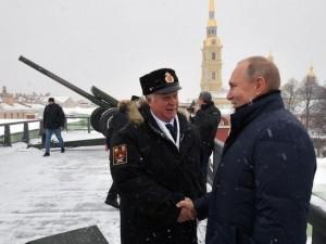Путин выстрелил из пушки Петропавловской крепости