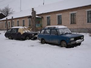 Мужчина с кошками живет в двух сломанных машинах в Челябинской области