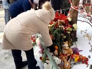 Магнитогорцы несут цветы и игрушки к месту трагедии