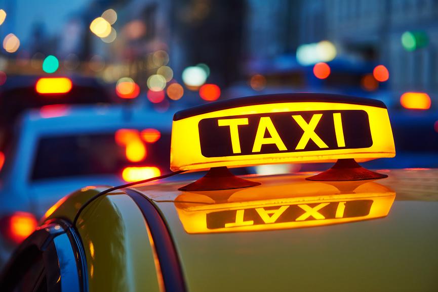 В Брянске водитель такси избил и ограбил пассажира