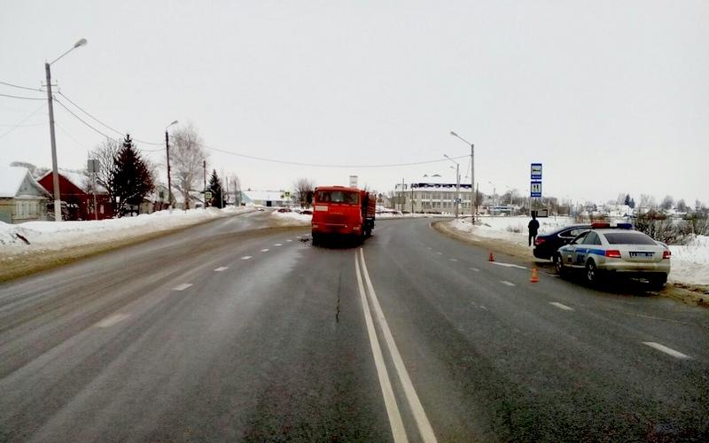 73-летний водитель легковушки врезался в КамАЗ под Карачевом