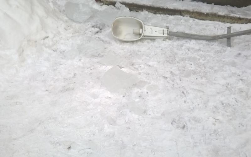 В Брянске упавшая сосулька сломала уличный фонарь
