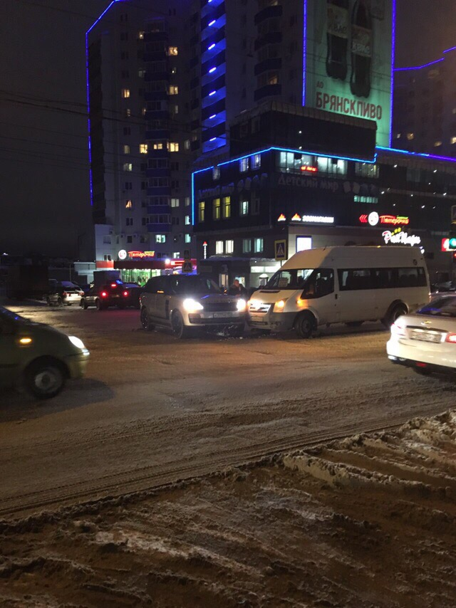 Торопящийся маршрутчик врезался в дорогой джип