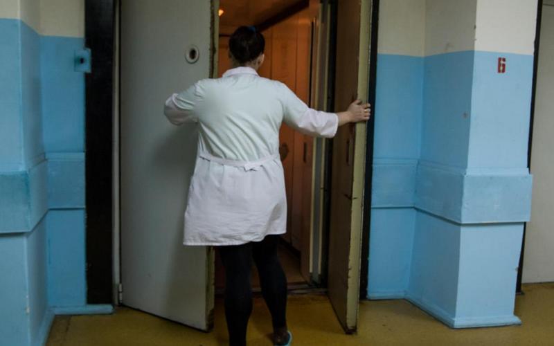 В брянских медучреждениях отремонтируют древние лифты