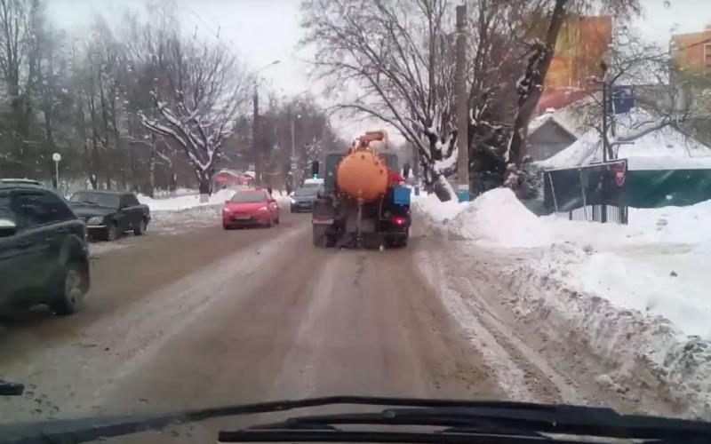 В Брянске ассенизаторская машина оставила длинный дурнопахнущий след